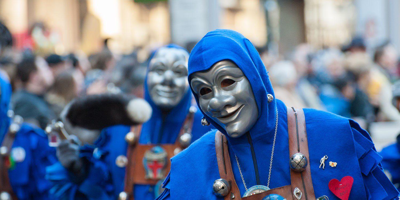 Almanya'da Karnaval boyunca katılımcılar ilgi çekici kostümlerle eğleniyorlar.