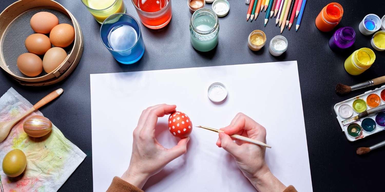 Paskalya için yumurtaları boyayın.